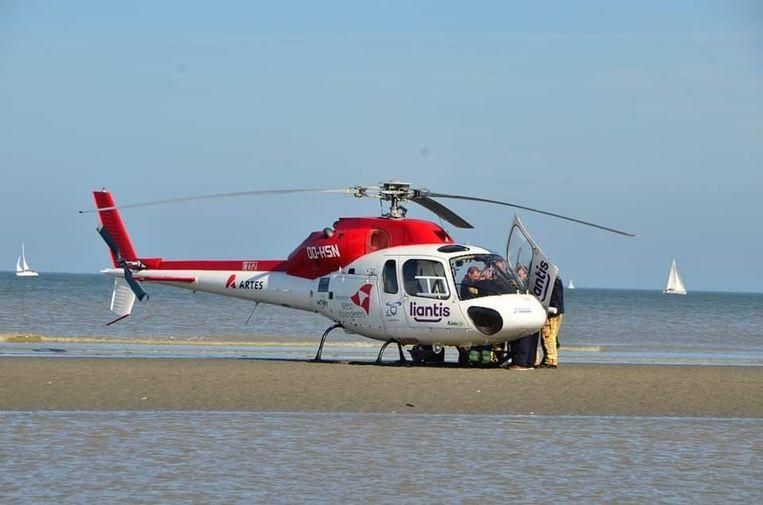 De helikopter landde op het strand waarna de MUG-arts haar ter plaatse de eerste zorgen gaf.