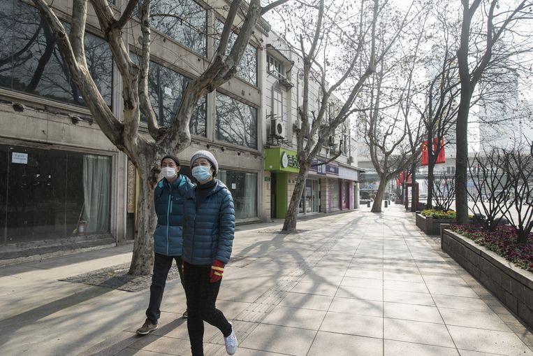 In de winkelstraten van Shanghai lopen nauwelijks nog mensen Beeld Getty Images