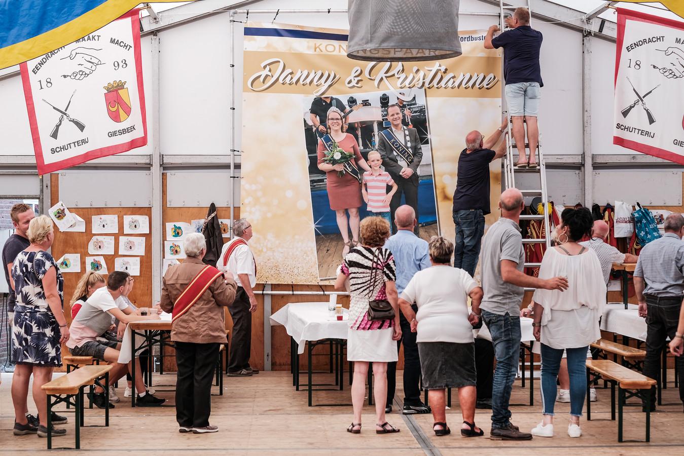 Het nieuwe koningspaar van Giesbeek is vereeuwigd op een groot canvas doek.