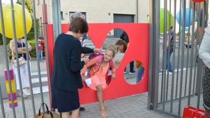 Leerlingen basisschool Okegem kruipen nieuw 'Hartencollege' binnen via kersvers logo