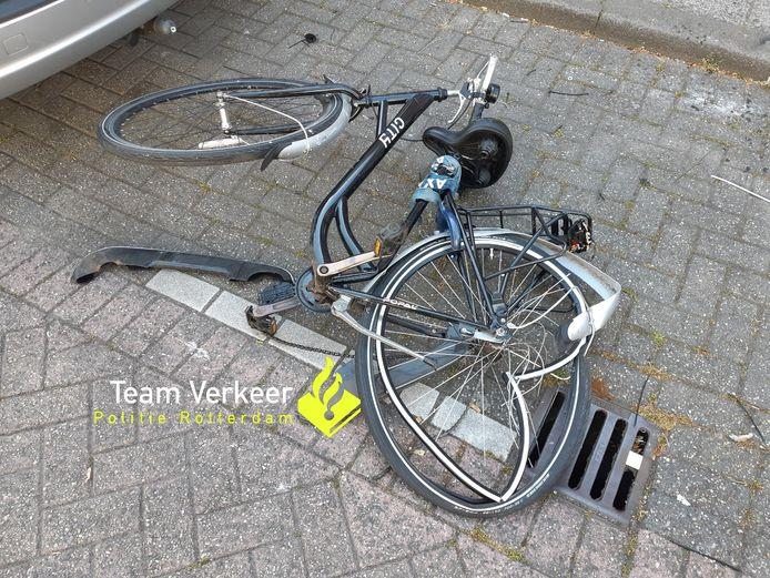 De volledig vernielde fiets van het slachtoffer laat de impact van het ongeval op de Carnisselaan zien.