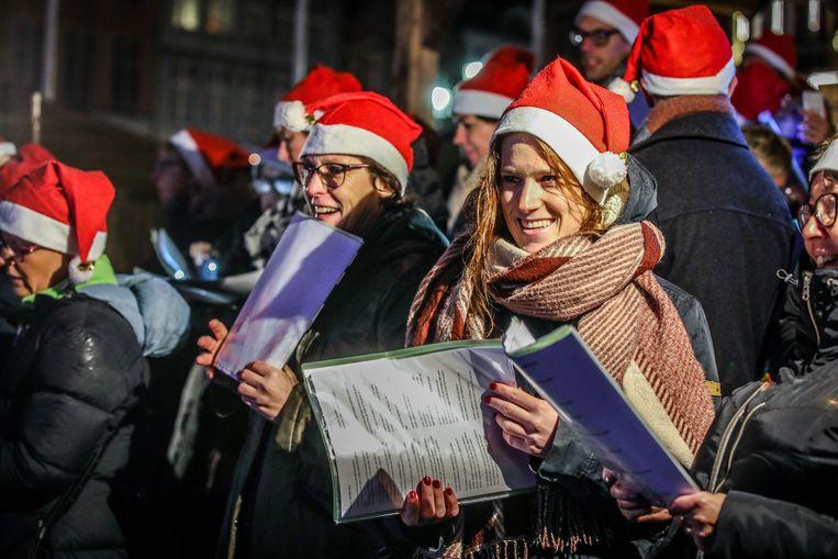 De zangers van No Notes tijdens hun optreden op de kerstmarkt.