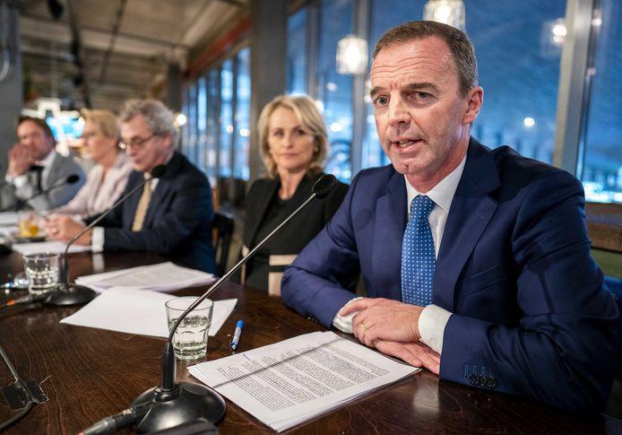 Financieel directeur van de NS Bert Groenewegen (rechts) tijdens de presentatie van de jaarcijfers in februari. Naast hem v.l.n.r. de leden van de raad van bestuur Tjalling Smit, Anneke de Vries, president-directeur Roger van Boxtel en Marjan Rinte.