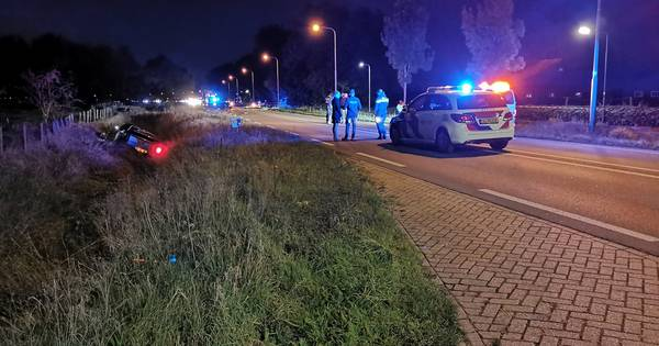Nog geen 24 uur later: opnieuw autos in de sloot beland na ongeluk op Rhenense weg.