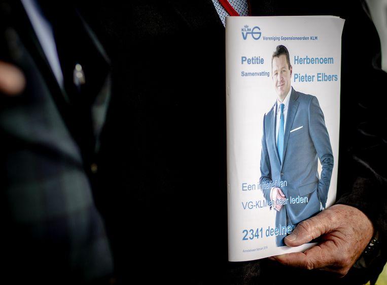 Medewerkers bieden een petitie aan voor het herbenoemen van Elbers op het hoofdkantoor van KLM. Beeld ANP