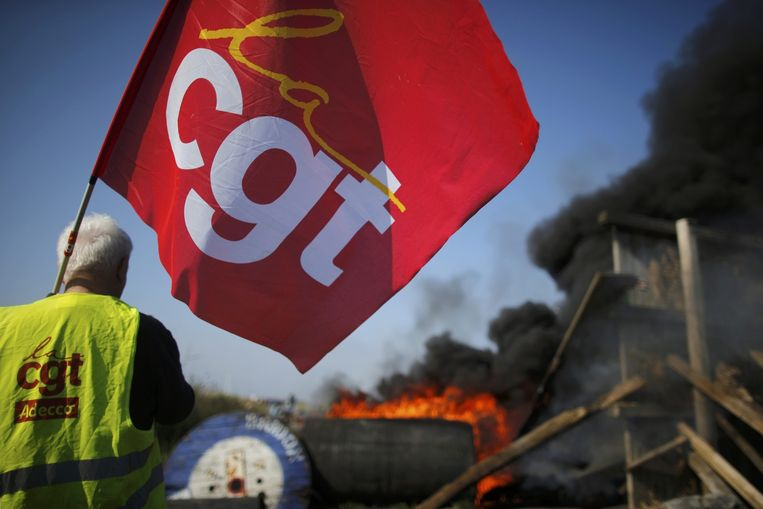 Een blokkade van de CGT bij de olieraffinaderij in Donges. Beeld Reuters