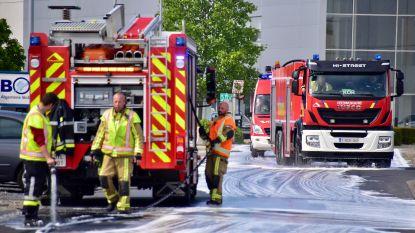 Spekgladde straten door lekkende brandstoftank van vrachtwagen