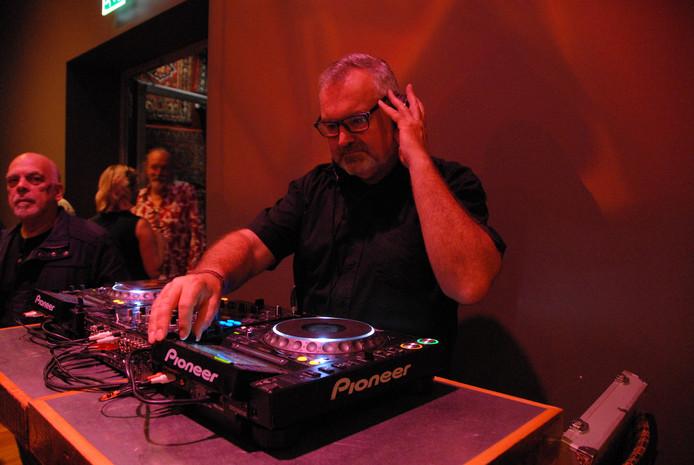 Leen Guyt oftewel DJ Leen die de avonden van The Blue Room Sessions doorgaans van passende sfeermuziek voorziet