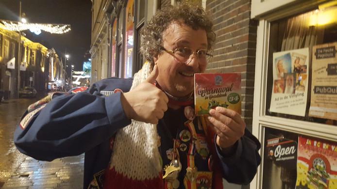 Zanger Hans Tervoort van de winnende Foe Jong Bende met de Kwèkfestijn-cd van 2019