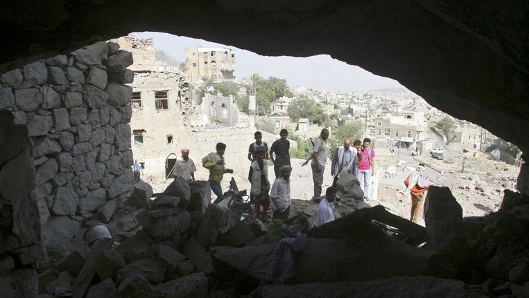 Inwoners van Taiz verzamelen zich op de plek waar een luchtaanval heeft plaatsgevonden. Beeld reuters