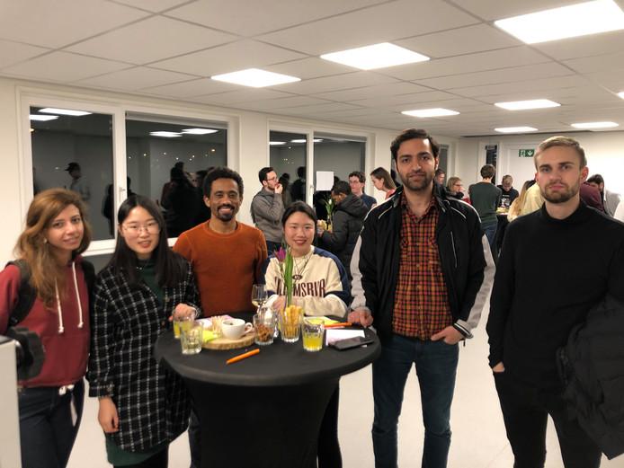 Een groep buitenlandse studentenbewoners van het complex tijdelijke woningen op het Slachthuissterrein in Eindhoven: (vlnr) Raha Sadeghi, Pei Zhang, Samson Beyene, onbekend, Hossein Mahdian en Vladimir Pekhterev.