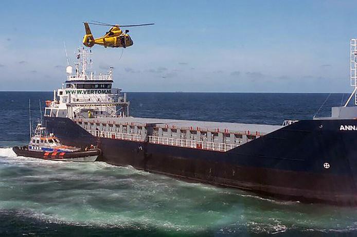 Het speciale team van de brandweer wordt afgezet aan boord van het schip Anna.