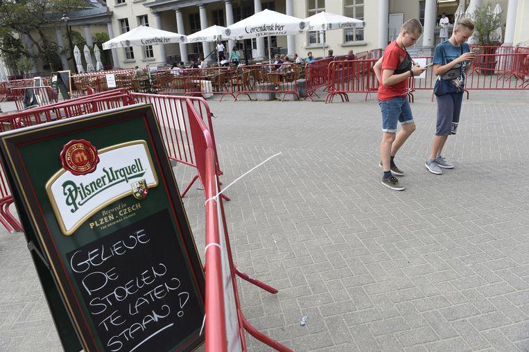 Voor de taverne van het kasteel Riverenhof staat een bord met de vraag om de terrasstoelen te laten staan.