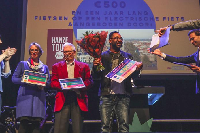 Winnaar van de vrijwilligersprijs 2019 Lorenzo Stamper in het midden. Daarnaast de winnaars van de tweede en derde prijs.