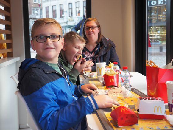 McDonald's verraste Dries Avonds uit Lier met een minirestaurant op de Grote Markt.