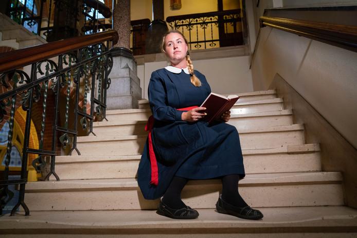Model Lotte van Benthum in het trappenhuis van het oude gebouw van Notre Dame des Anges, thans De Refter.  Foto Erik van 't Hullenaar