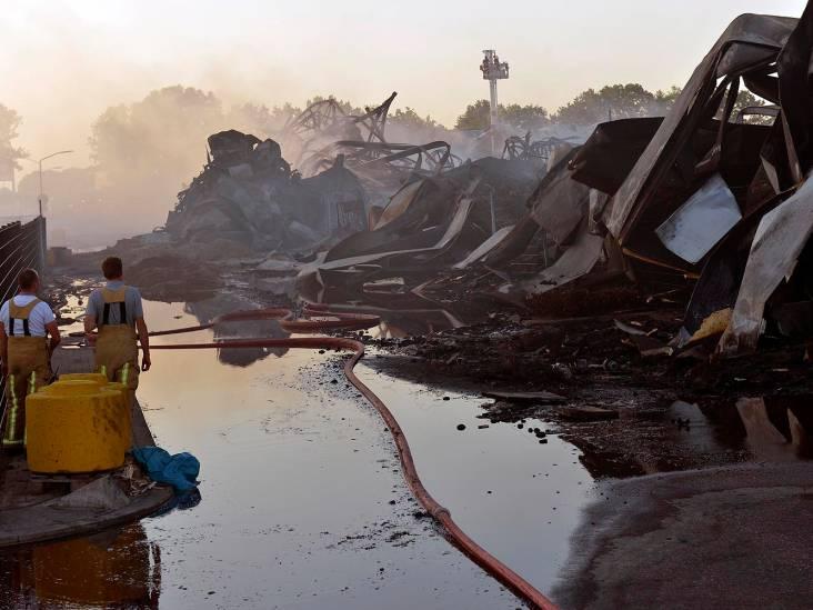 Brandweer nog aan het nablussen bij Van der Heijden Transport in Hapert, weer vlammen en rook zichtbaar