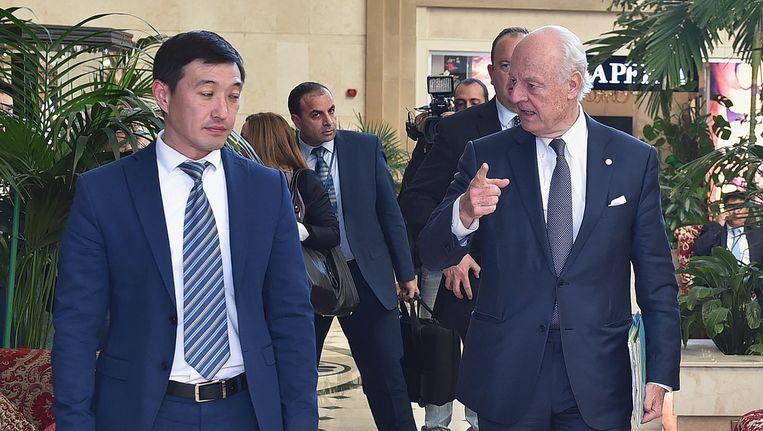 VN-speciale gezant voor Syrie Staffan de Mistura (rechts) tijdens de vierde ronde van de vredesgesprekken op 3 mei in Astana.
