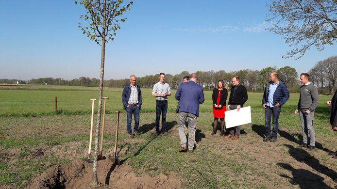 Onder aanvoering van wethouder René Lazeroms (op de rug gezien) werd vrijdagochtend de laatste boom geplant van de Ecologische Verbindings Zone De Posthoorn tussen Rucphen en Bosschenhoofd.
