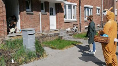 Kleuterjuffen Jan Ruusbroec brengen hun kindjes paaseitjes aan huis