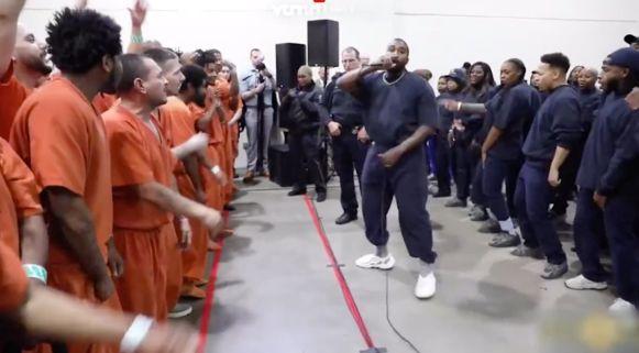 Kanye West entertaint gevangenen.