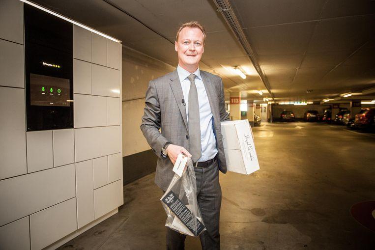 Schepen Christophe Peeters met zijn boodschappen in de ondergrondse parking Reep aan de Seminariestraat.