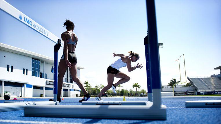 Dafne Schippers traint bij zomerse temperaturen met Nederlandse en Amerikaanse atleten op de IMG Academy in Florida, ter voorbereiding op de Olympische Spelen van Rio. Beeld Klaas Jan van der Weij/de Volkskrant