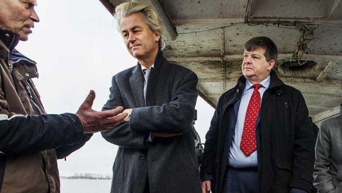 PVV-leider Geert Wilders (m) op campagne voor de Provinciale Statenverkiezingen van 2015 met PVV-lijsttrekker in Noord-Holland Dannij van der Sluijs (r).