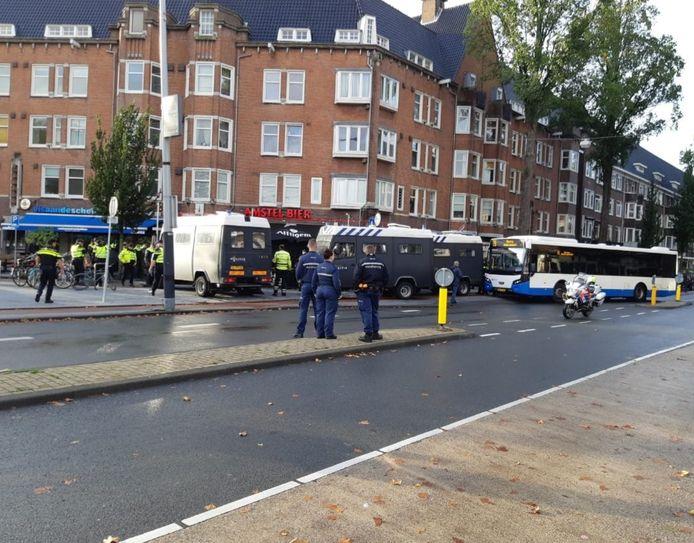 De politie houdt negentig supporters van Groningen aan op het Scheldeplein in Amsterdam