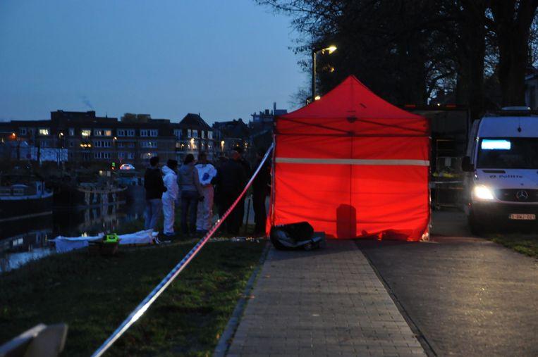 De rode tent werd opgesteld aan de oever in de Groendreef.