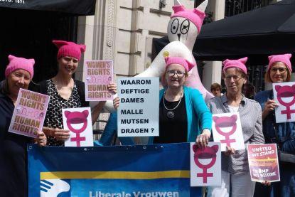 Vrouwen protesteren tegen Trump met 'pussyhat'