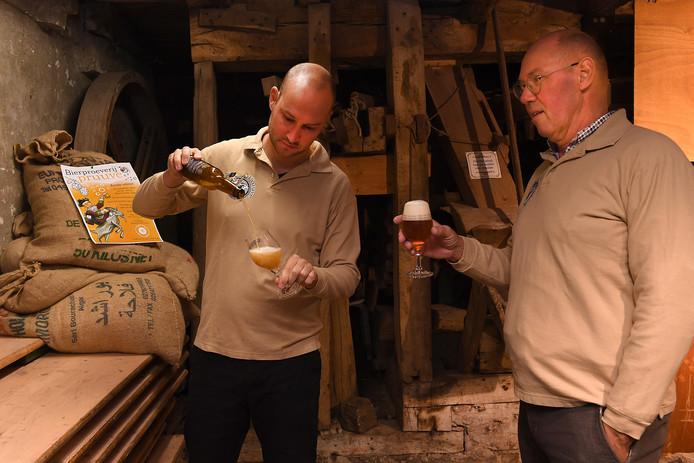 Ruud (links) en Henk van den Hoogenhoff schenken alvast een biertje in.