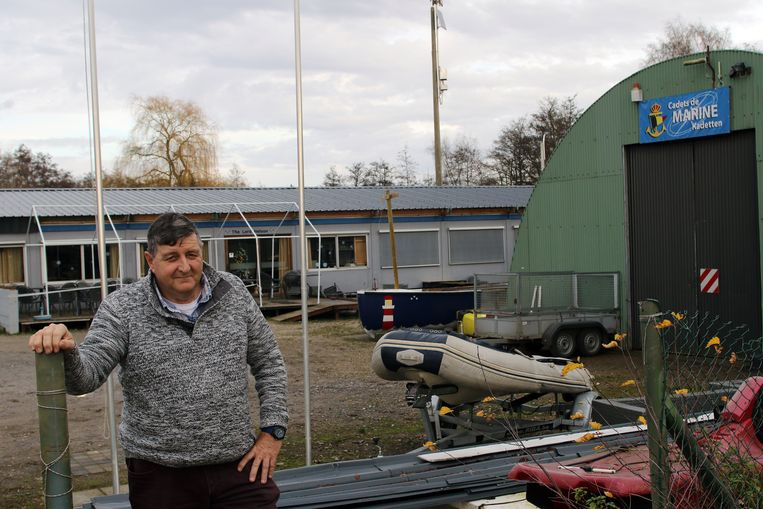 Dirk Grootaers bij de basis van de Marinekadetten, dat al snel na de storm weer een dak kreeg.