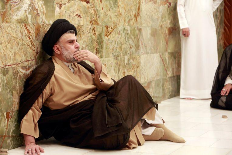 Moktada al-Sadr bezocht vandaag na de uitslag van de verkiezingen het graf van zijn vader, die werd vermoord door Saddam Hussein. Beeld REUTERS