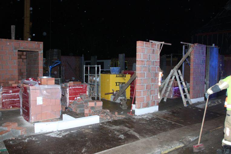 Het muurtje (links op de foto) sneuvelde.