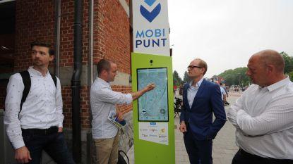 Nieuw 'Mobipunt' telt twee primeurs: digitale infozuil en fietskluizen met ingebouwd oplaadpunt