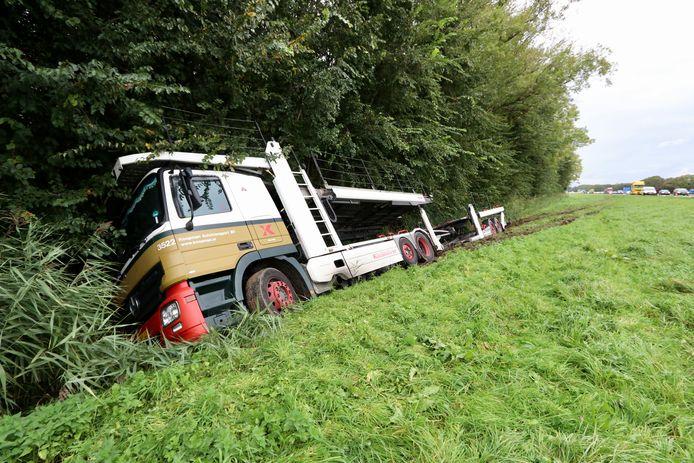 Op de A6 is vrijdagmiddag een vrachtwagen van de weg geraakt.