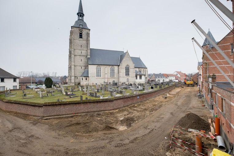 Dit jaar zijn de werken begonnen voor de heraanleg van de dorpskern. Bij rioleringswerken aan Sint-Maartensberg werden oude resten van skeletten gevonden.