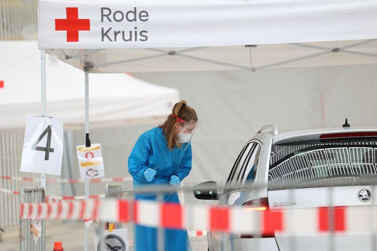 Coronatestlocatie Expo Haarlemmermeer, in Vijfhuizen. Voorlopig is de testcapaciteit van de labs groter dan de GGD's aankunnen. Beeld Arie Kievit