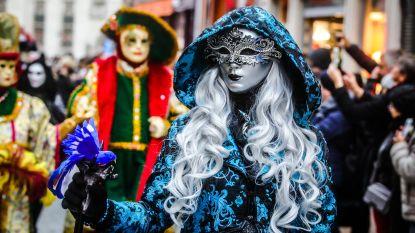 Massa volk voor Venetiaans carnaval