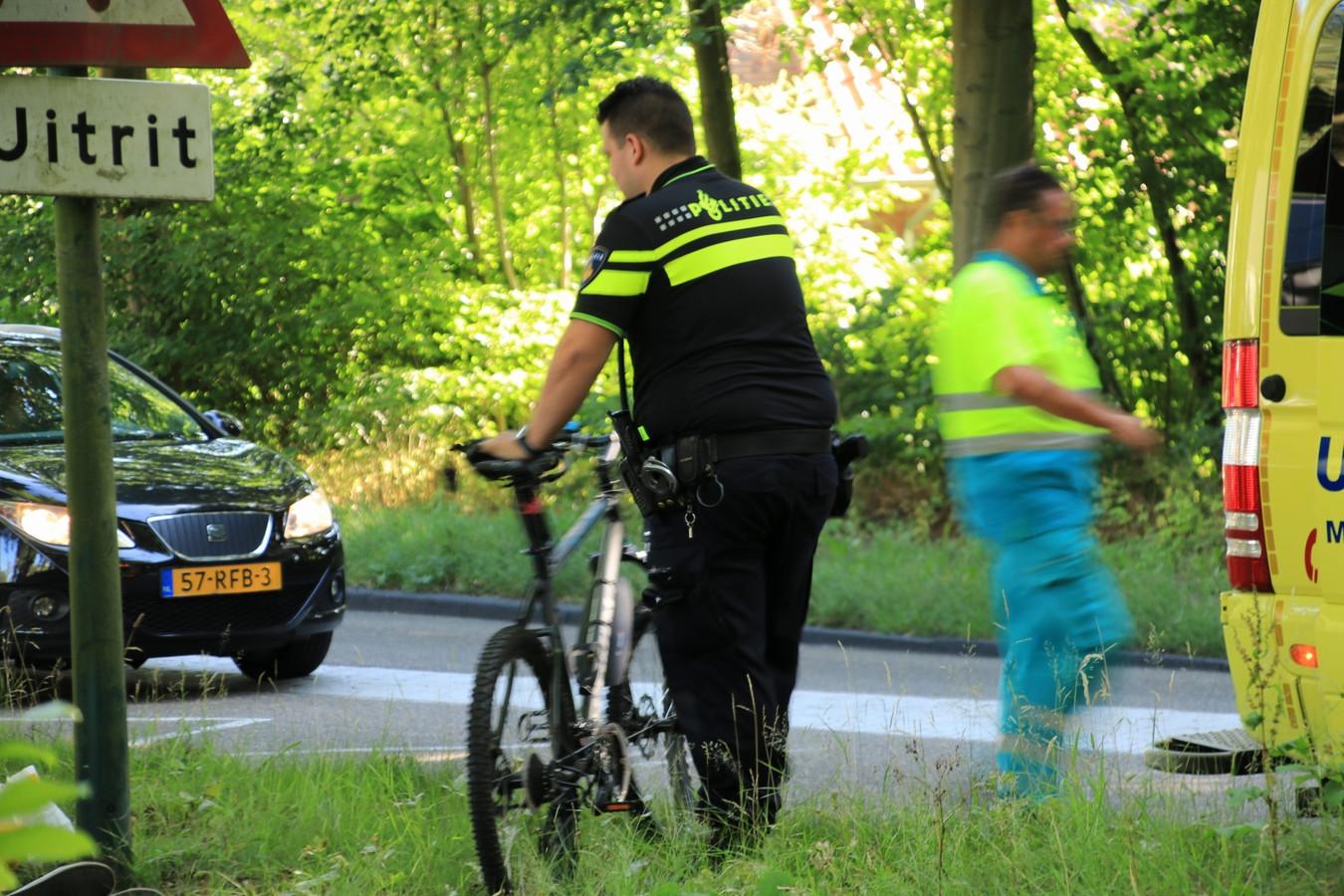 Een politieagent haalt de fiets van de mountainbiker weg.