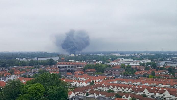 De brand bij Huiskes Metaal in Tilburg zorgt voor veel rookoverlast in de directe omgeving en in de wijde regio.