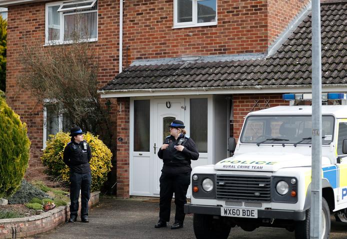 Politieagenten voor de woning van Skripal, waar hij en zijn dochter werden blootgesteld aan het zenuwgas.