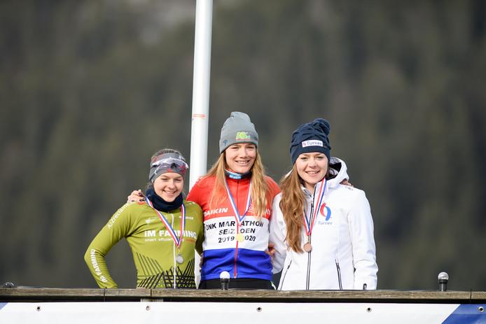 Podium open NK marathonschaatsen met links Anne Tauber. Ze werd tweede.