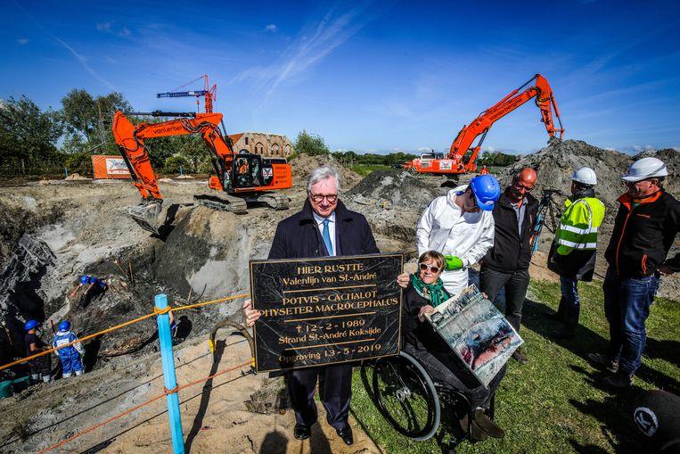 Burgemeester Marc Vanden Bussche en schepen Stéphanie Anseeuw bij de opgravingswerken.
