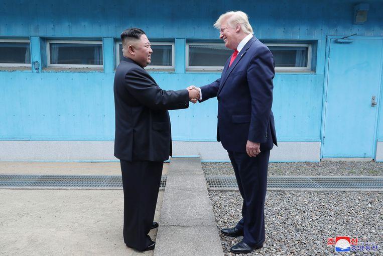 Kim Jong-un en Trump schudden elkaar de hand op de inter-Koreaanse grens.