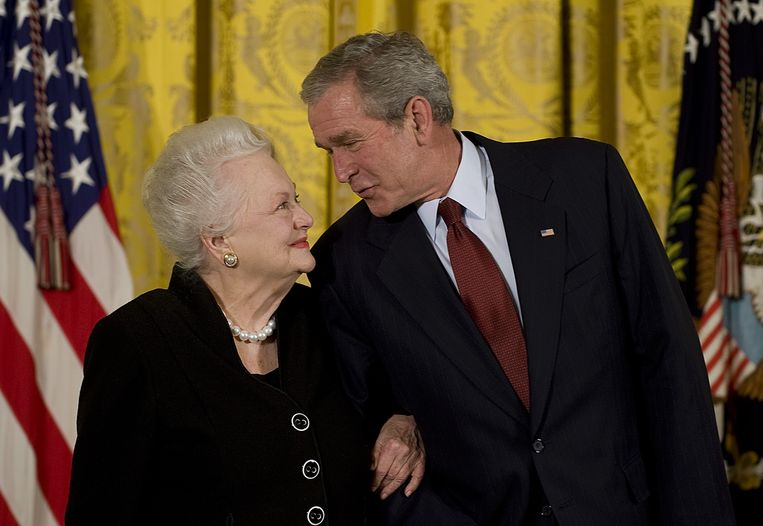 Olivia de Havilland kreeg in 2008 de National Medals of Arts uit handen van toenmalig president George W. Bush. Beeld Hollandse Hoogte / AFP