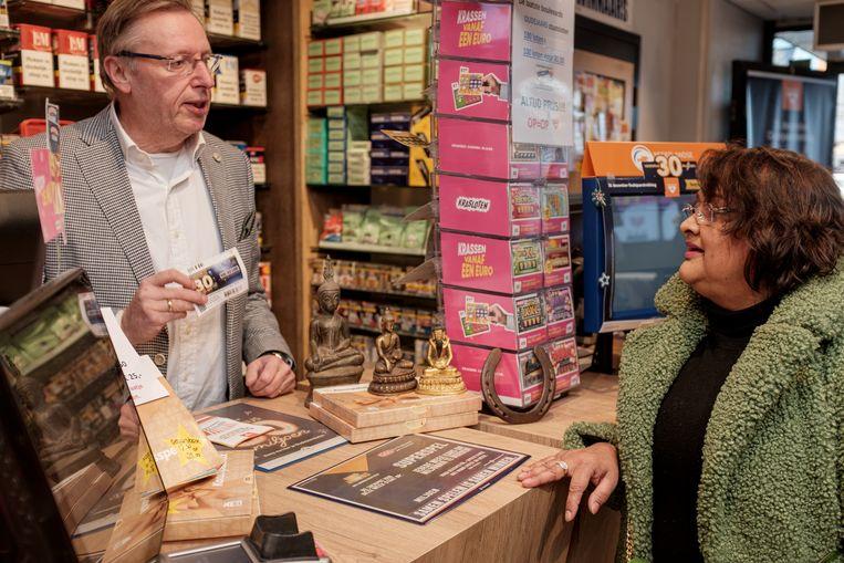 Bij Hans Poll van De Posthoorn in Amstelveen staan gelukssymbolen van klanten op de toonbank: 'We staan bekend als de winkel waar de prijzen vallen.'  Beeld Jakob van Vliet