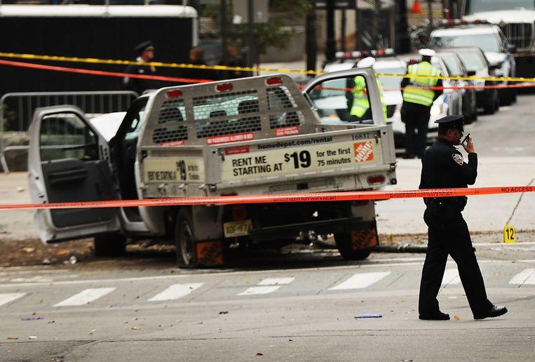 De gehuurde vrachtwagen kwam na anderhalve kilometer over het fietspad te hebben gereden tot stilstand na een botsing met een schoolbus. Beeld Getty Images