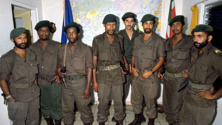Sergeant Desi Bouterse, derde van rechts, met de leden van de Nationale Militaire Raad die Suriname bestuurde na de coup van 1980. Beeld ANP
